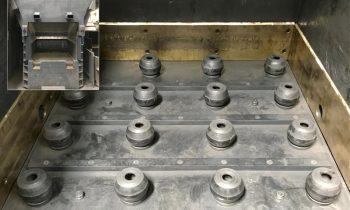 Schutzvorrichtung, bestehend aus 20 Strukturdämpfern der ACE Stoßdämpfer GmbH, auf denen die Schublade der Krätzesortieranlage im Betrieb gelagert ist. Bild: ACE