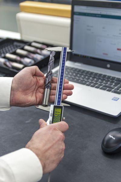 Per Knopfdruck werden Messergebnisse vom Bluetooth-Messschieber übertragen. Bild: Mapal/c-Com