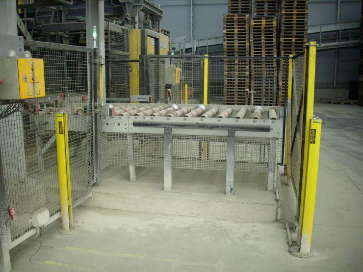 Auch die Folienausgabestation wird von den Sicherheits-Lichtgittern gegen versehentliches Betreten abgesichert. Bild: Fiessler