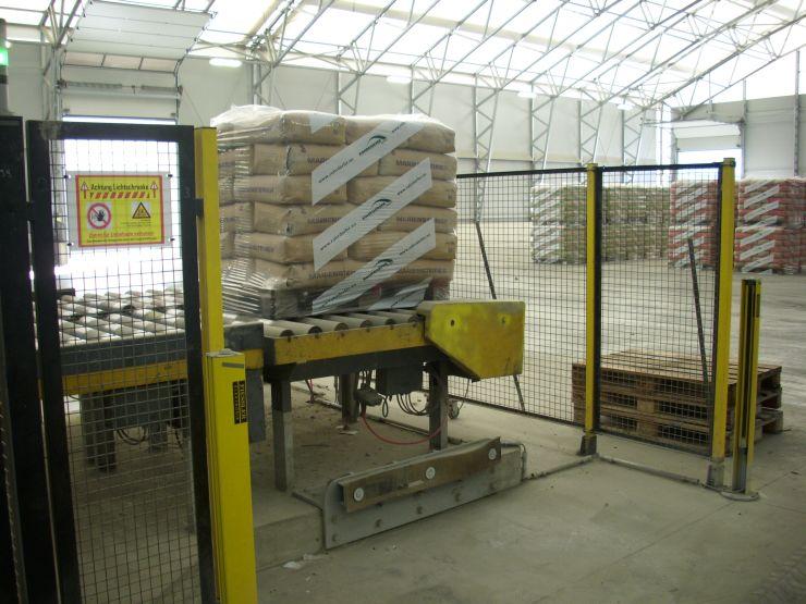 Auch die Abnahmestation kann der Gabelstapler ohne Unterbrechung der Anlage anfahren. Bild: Fiessler