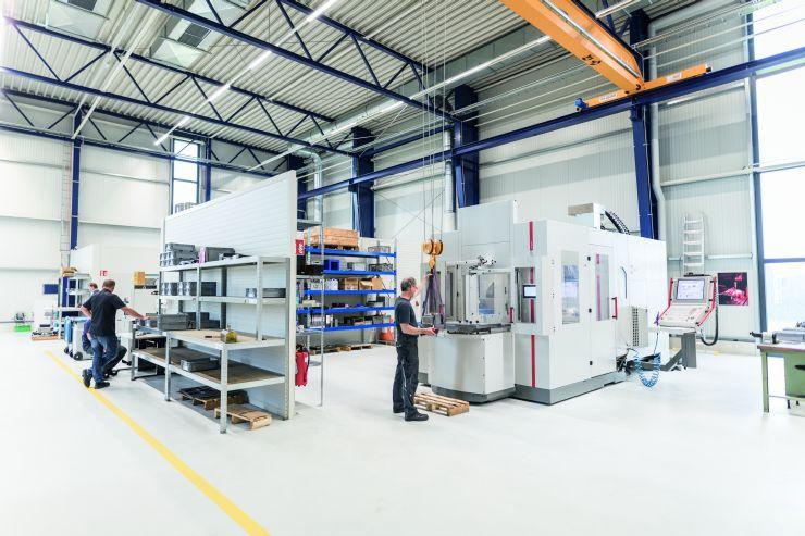 Das Hermle-Fertigungszentrum bei der µ-Tec GmbH in Chemnitz, bestehend aus einem 5-Achsen-Bearbeitungszentrum »C 42 UP« und einem Palettenwechsler mit frontseitigem Rüstplatz. Bild: Hermle