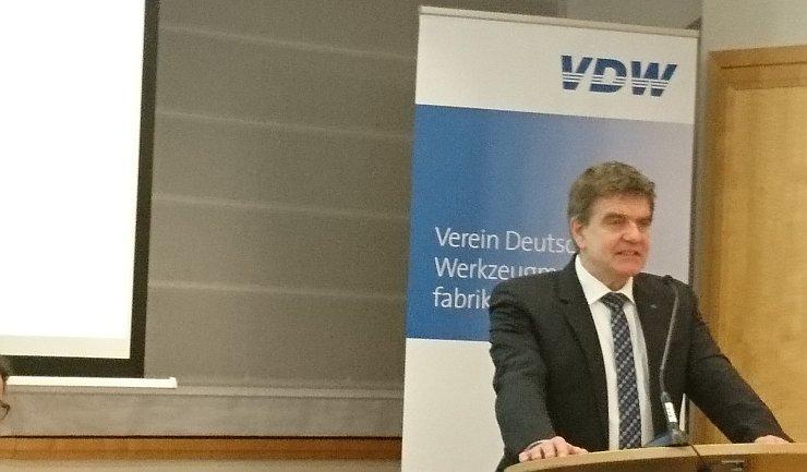 Der VDW-Vorsitzende Dr. Heinz-Jürgen Prokop präsentierte in Frankfurt/M. die aktuellen Zahlen für den Werkzeugmaschinenbau. Bild: Kuhn