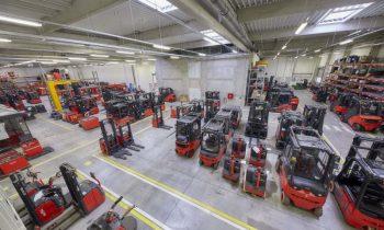 Im erweiterten Aufbereitungswerk für Gebrauchtstapler sollen pro Jahr bis zu 2000 Geräte aufbereitet werden (Bild: Linde Material Handling).