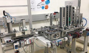 Die Plug-and-Produce-fähige Produktionsanlage im Smart-Factory-Lab der FH Salzburg (Bild: FH Salzburg).