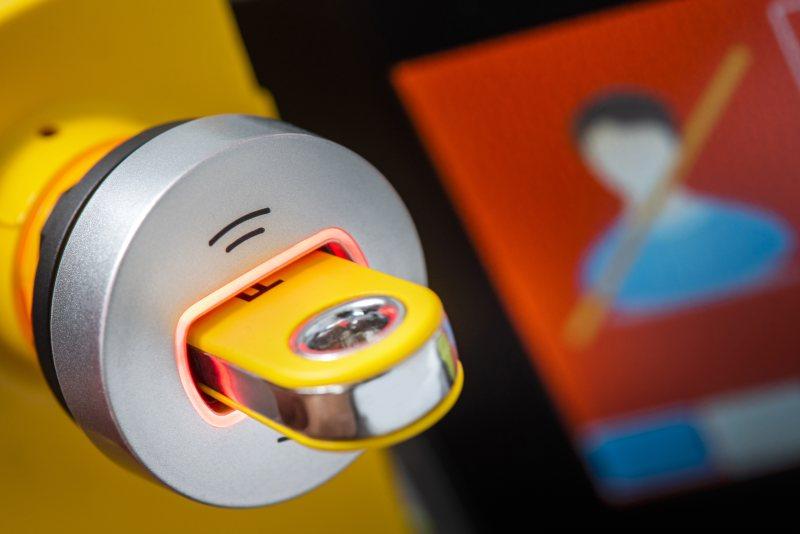 Das Maschinenbedienpersonal erhält eine individuelle Zugangsberechtigung auf dem RFID-Transponderschlüssel. Der farbige LED-Ring an der Ausleseeinheit signalisiert, ob die für die ausgewählte Aufgabe an der Anlage erforderliche Autorisierung vorliegt oder nicht (Bild: Pilz).