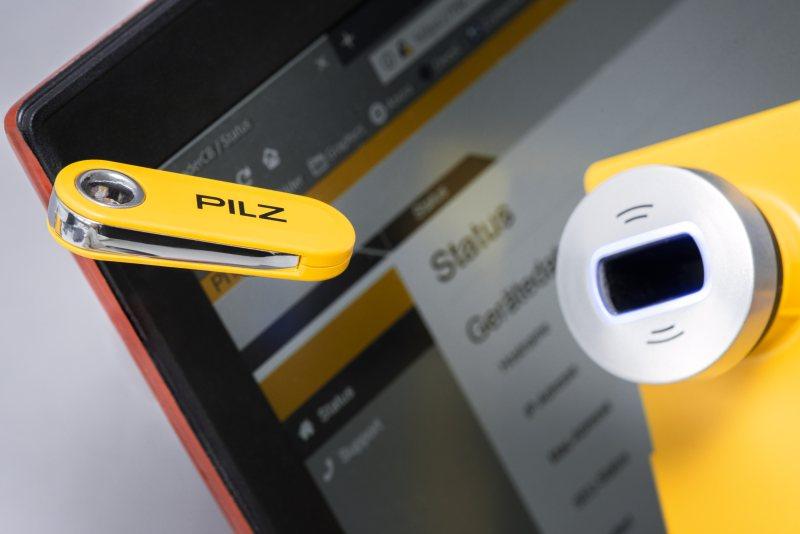 Die RFID-Transponderschlüssel werden in der Ausleseeinheit eingelesen und angelernt. Die Vergabe von Zugangsberechtigungen und Betriebsarten erfolgt über den dazugehörigen Webserver (Bild: Pilz).
