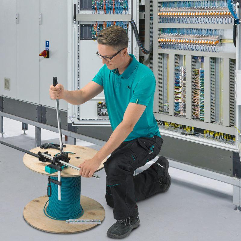 Durch sein geringes Gewicht kann der Tragschienenschneider auch auf der Baustelle eingesetzt werden (Bild: Phoenix Contact).