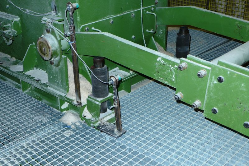 Mit Industriestoßdämpfern von ACE ausgestattete Schwenkarme an den Rolllochklappen machen die Füllprozesse effizienter (Bild: Technischer Handel Schenk, K+S Kali GmbH).