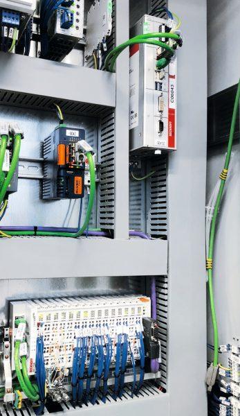 Jeweils ein Industrie-PC (oben) mit »Twincat« sowie verschiedene Ethercat-Klemmen (unten) steuern die Einzelprozesse innerhalb der Pressenstraßen (Bild: Aida Engineering, Japan).