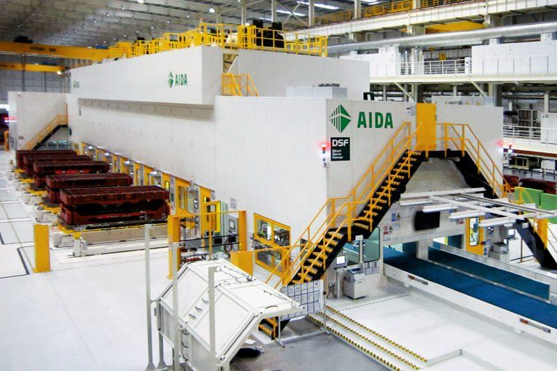 Tandem-Pressenstraße in einer Automobil-Fertigungsstätte (Bild: Aida Engineering, Japan).