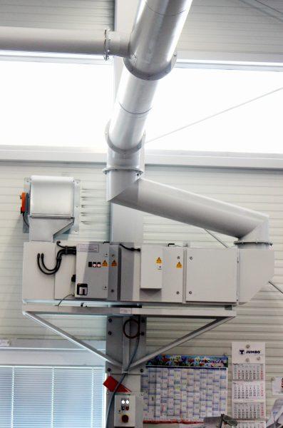 Die abgesaugte Luft wird durch einen zweistufigen elektrostatischen Filter mit vorgeschaltetem Schwerkraftabscheider gefiltert und nach der Reinigung nach außen geleitet (Bild: Büchel).
