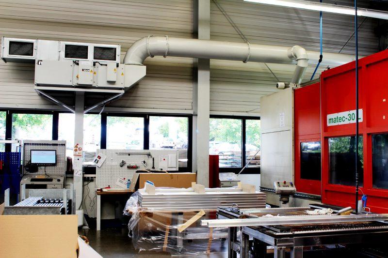 Bei der Fräsbearbeitung wird die abgesaugte Luft über zweistufige elektrostatische Abscheider mit mechanischem Vorfilter gereinigt und in die Halle zurückgeführt. Das Absaugvolumen dieser Anlage beträgt 4000 m³/h (Bild: Büchel).