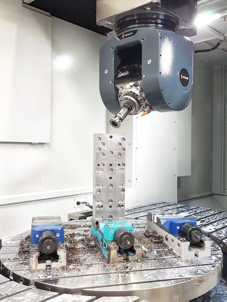 Es können nun Werkstücke bis maximal 2200 x 1400 x 1000 Millimeter in 3-Achs-, 4-Achs- oder 5-Achs-Zerspanung bearbeitet werden (Bild: EWS).