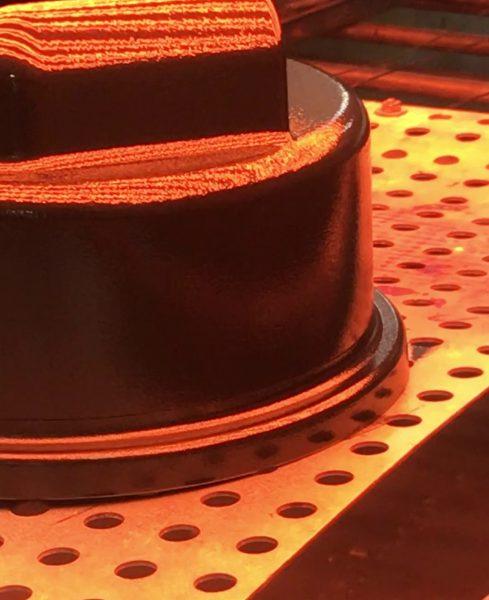 Beim Pulver-in-Pulver-Verfahren wird das Grundierungspulver aufgebracht, direkt danach durch Infrarot-Wärme aufgeschmolzen und dann das Decklackpulver bereits aufgetragen Bild: Heraeus Noblelight).