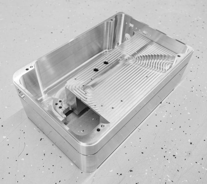 75 Prozent der Bauteile werden aus Aluminium-Rohlingen gefräst – wie diese zusammengesetzten Gehäuseteile (Bild: Hermle).