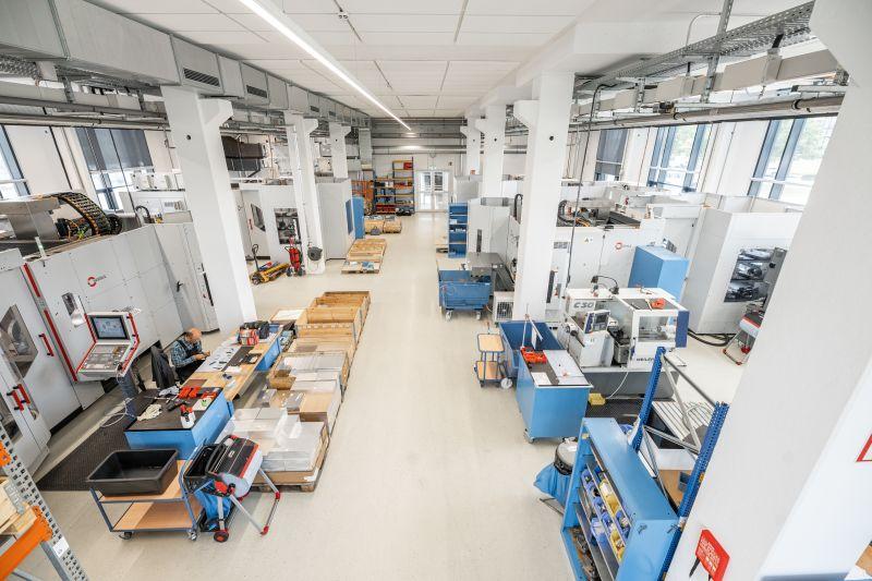 In der neuen Halle sind die Bearbeitungszentren mit der Automationslösung »HS flex« ausgestattet (Bild: Hermle).