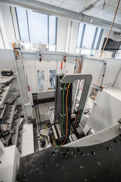 Zwei Speichermodule pro Maschine bieten ausreichend Platz für das umfangreiche Teilespektrum (Bild: Hermle).