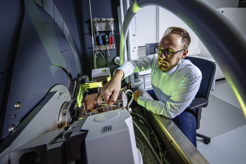 Beschichtungsentwickler Bastian Gaedike legt Wert darauf, dass die Maschinen direkt miteinander kommunizieren, damit die Mitarbeiter anderweitige Arbeiten erledigen können (Bild: Horn/Sauermann).