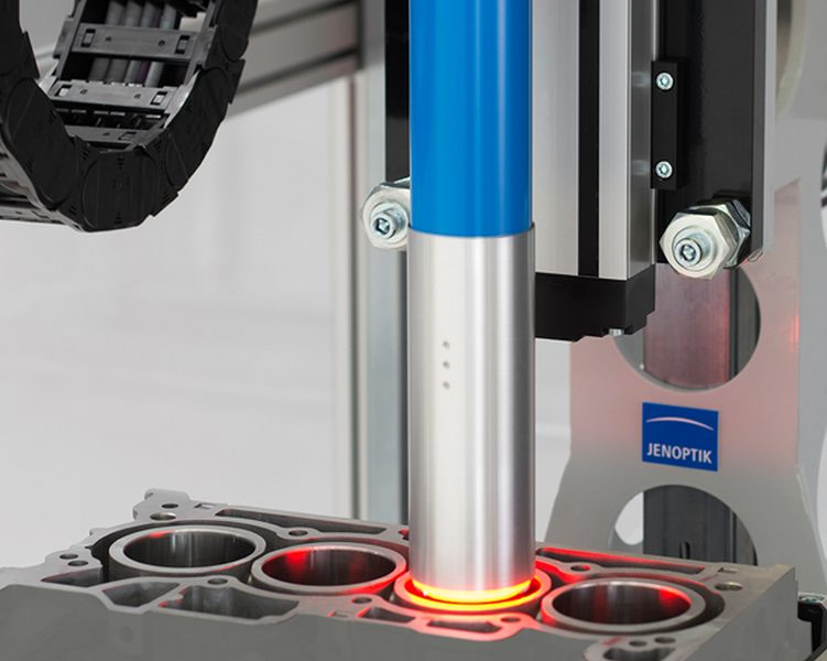 Speziell für die Oberflächenprüfung von Bohrungen hat Jenoptik Innenprüfsensoren entwickelt. Dank eines 360-Grad-Rundumblicks erfolgt die Prüfung besonders schnell und genau (Bild: Jenoptik).