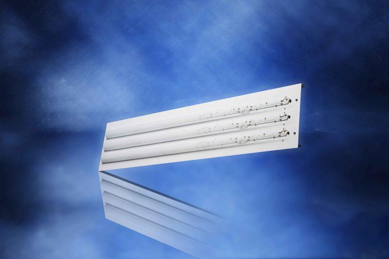 Der LED-Einsatz ist komplett verdrahtet und bestückt und wird mit wenigen Handgriffen gegen den alten Röhren-Leuchteneinsatz ausgetauscht (Bild: Jung-Leuchten).