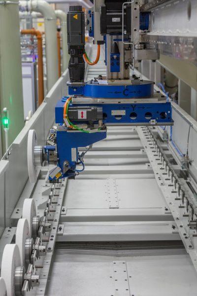 Über das Ladeportal werden die Maschinen mit Werkzeugen versorgt (Bild: Liebherr).