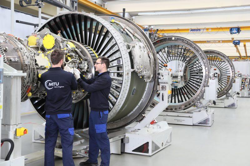 Die Montagelinie der Turbinen bei MTU in München. Turbinenschaufeln sind im Betrieb extremen Bedingungen ausgesetzt und müssen daher besonders präzise bearbeitet und äußerst vorsichtig behandelt werden (Bild: Liebherr).