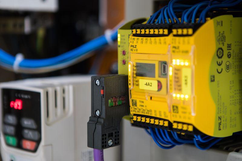 Die sichere konfigurierbare Kleinsteuerung mit je einem Kommunikations- und Erweiterungsmodul (Bild: Pilz).
