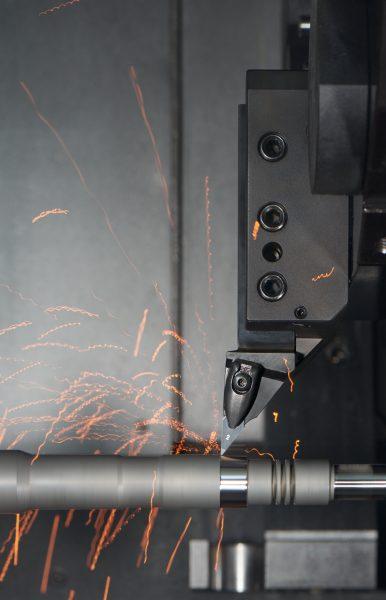 Die abgestimmte Kombination von Schnittgeschwindigkeit und Werkzeuggeometrie schmilzt die harte Außenhaut des Werkstücks auf, die dann zerspant wird (Bild: Walter AG).