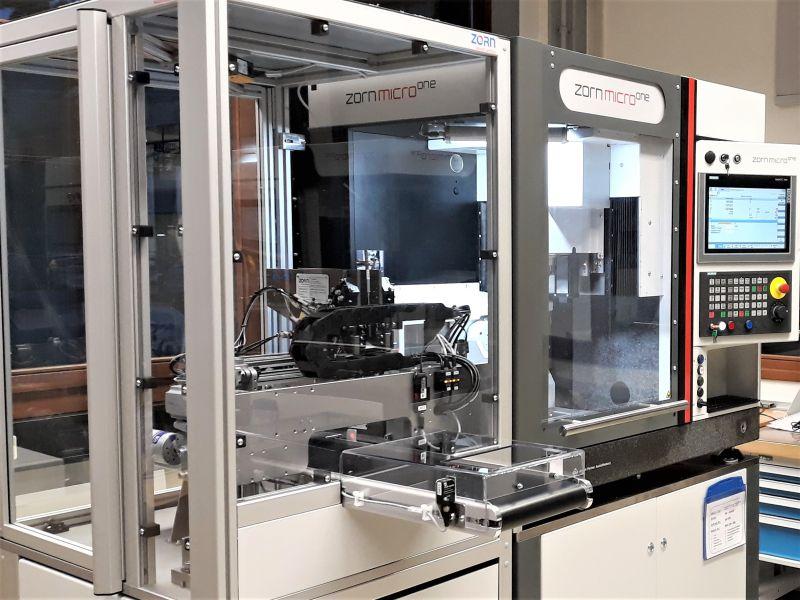 Das 5-Achs-Präzisionsbearbeitungszentrum »microone« mit Stangenlader. Die Maschinensteuerung übernimmt dabei die Steuerung der Zuführeinrichtung (Bild: Zorn Maschinenbau).