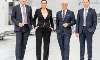 Das komplette Führungsteam des Werkzeugmaschinenherstellers (v. l. n. r.): Bernd Hilgarth (CSO), Vanessa Hellwing (CFO), Carsten Liske (CEO) und Dr. Claus Eppler (CTO; Bild: Chiron).