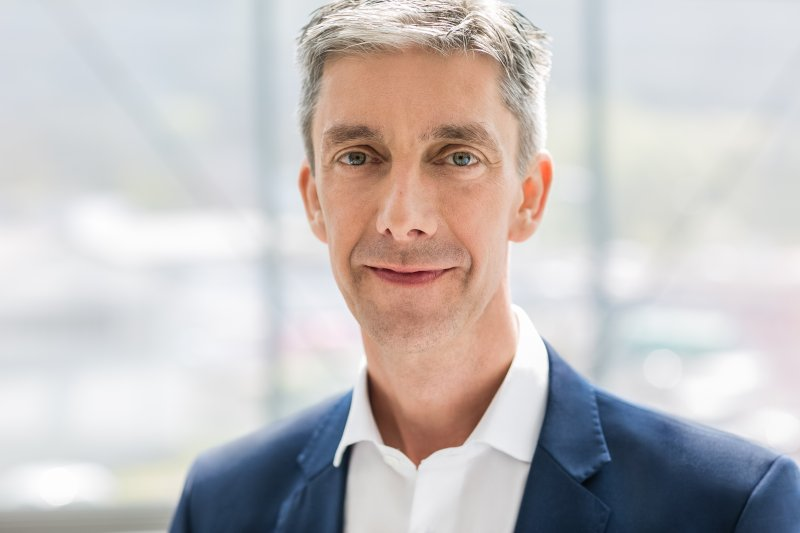 Der Vorsitzende der Geschäftsführung Christian Benz erläutert die Vorteile der Übernahme (Bild: Jetter).