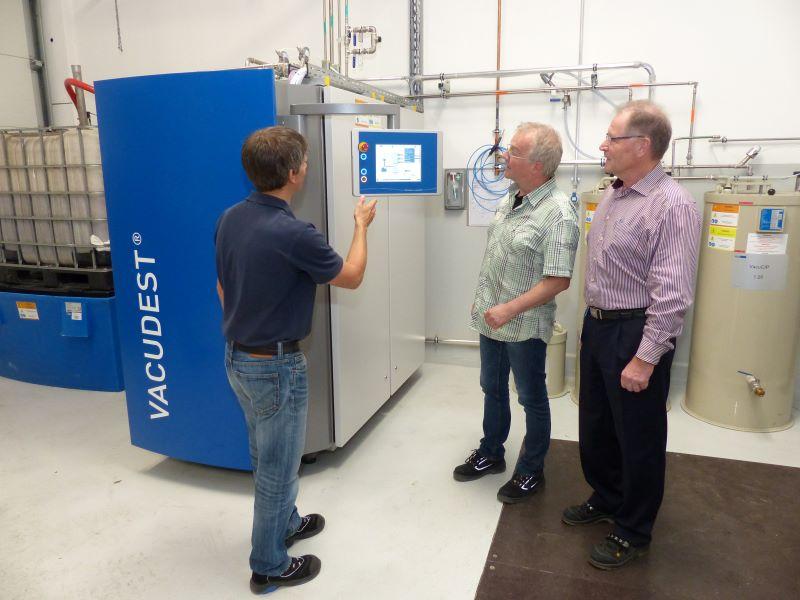 Bei der Vakuumdestillation ist der aufsteigende Wasserdampf nahezu frei von Verunreinigungen, 99 Prozent des Prozesswassers können in den Produktionsprozess zurückgeführt werden. Das Bild zeigt die Projektverantwortlichen vor der neuen Anlage (Bild: Jumo).