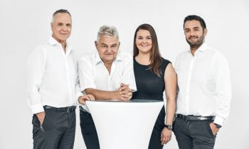 Neu in der Geschäftsleitung sind Jacqueline Arnold (2. v. re.) und Simon Storf (re.). Mitgesellschafter Josef Storf (li.) und Klaus-Michael Arnold (2. v. li.) sind weiterhin Geschäftsführer (Bild: Arno).