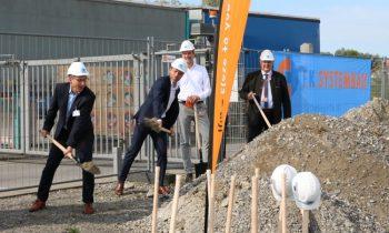 Am 11. August 2021 fand der symbolische erste Spatenstich für das neue Logistikzentrum statt (Bild: ifm).